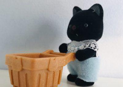 Tuxedo Katzen Baby mit Einkaufswagen