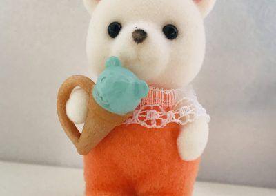 Eisbären Baby mit Eis
